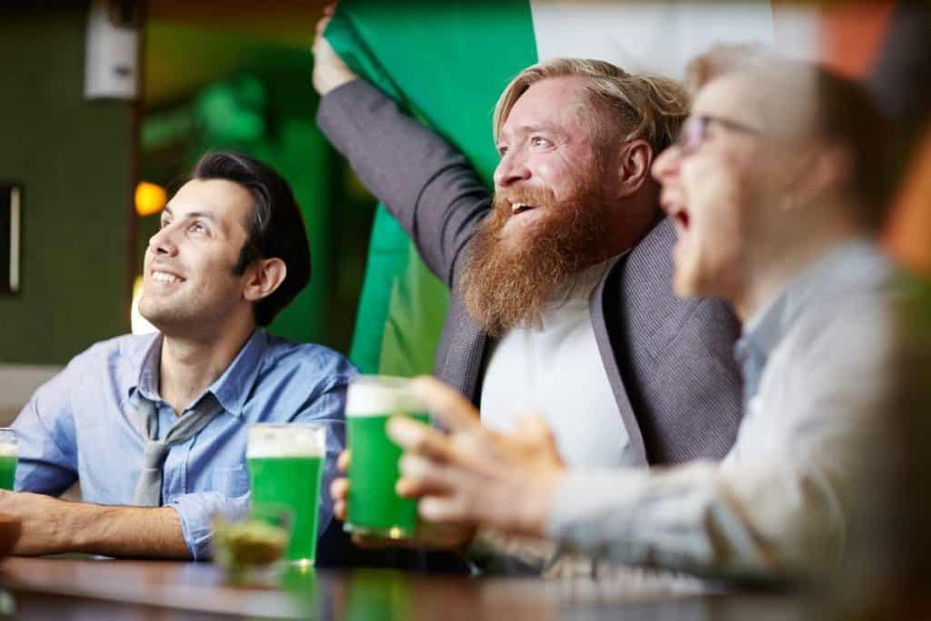 Blije mannen kijken voetbalwedstrijd