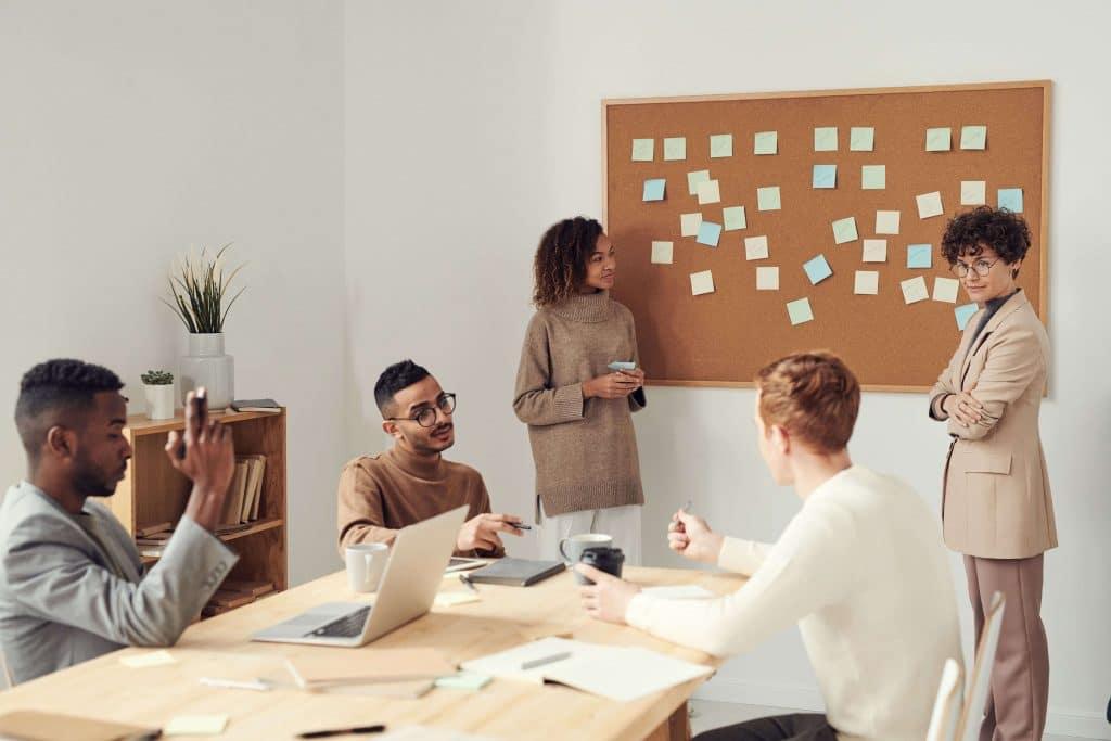 professionals in een brainstorm