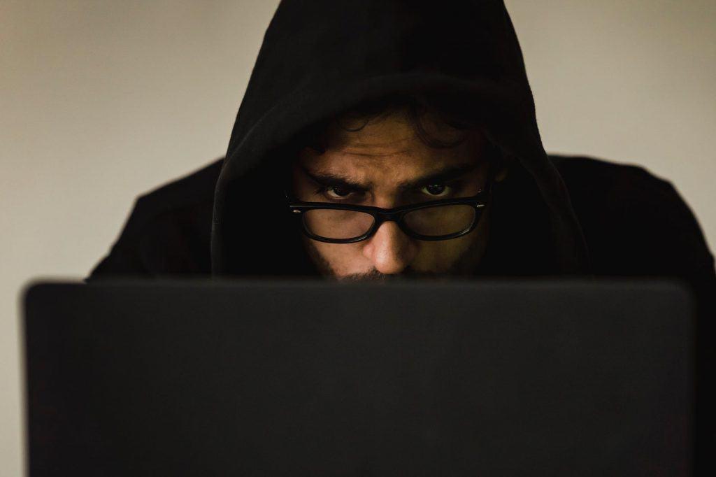 Man met capuchon voor laptop (oplichter)